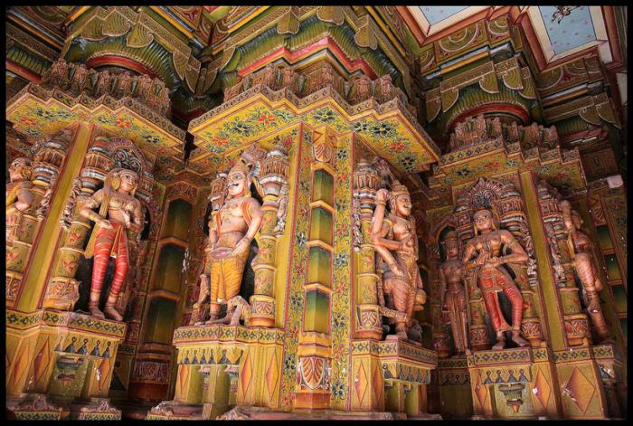 Колонны храма украшены статуями и невероятно яркими расписными узорами.
