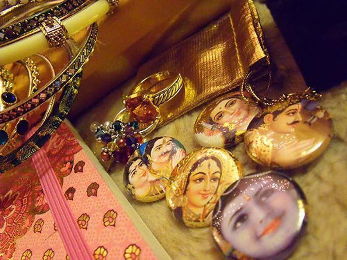 Великолепные индийские женские ювелирные украшения.