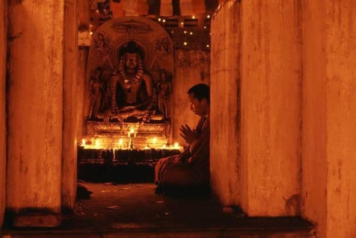 Буддийский монах медитирует в храме Махабодхи, который у последователей веры считается самым священным на Земле.