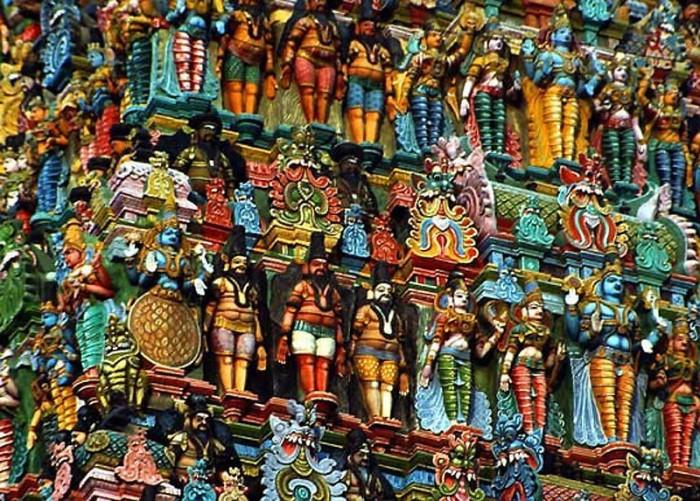 Стены храма, посвященного одной из супруг бога Шивы, украшены небольшими разукрашенными фигурами.