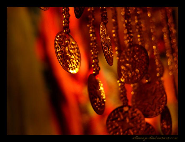 Украшения на витрине индийского магазина.