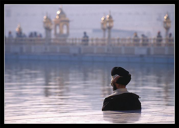 Во внутреннем периметре золотого храма Амритсара находится огромный бассейн со священной водой.