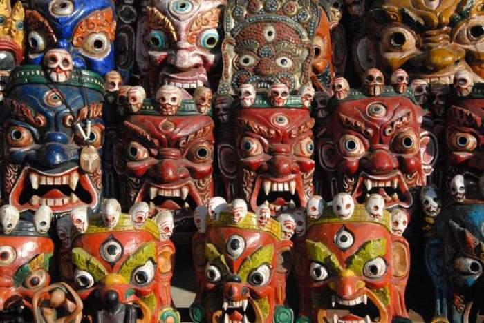 Маски, установленные на стенах индуистского храма, призваны защитить посетителей от злых духов.