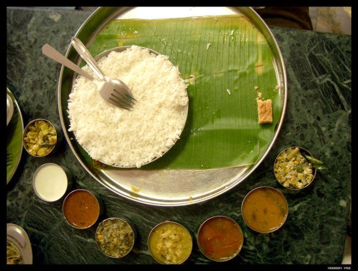 Сервировка стола в индийском ресторане.
