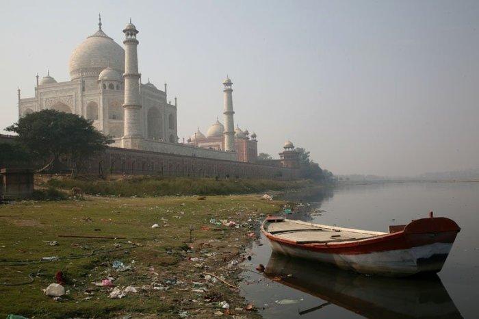 Вид на знаменитый индийский мавзолей-мечеть Агры со стороны реки Джамна.