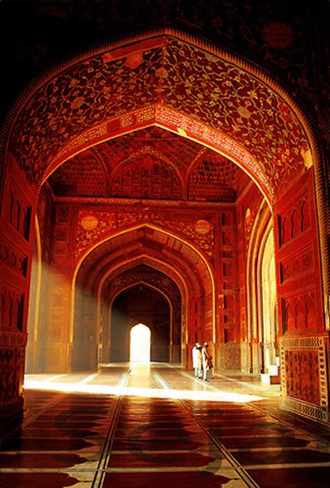 Мечеть, стоящая на западе от Тадж-Махала, полностью построена из красного песчаного камня.