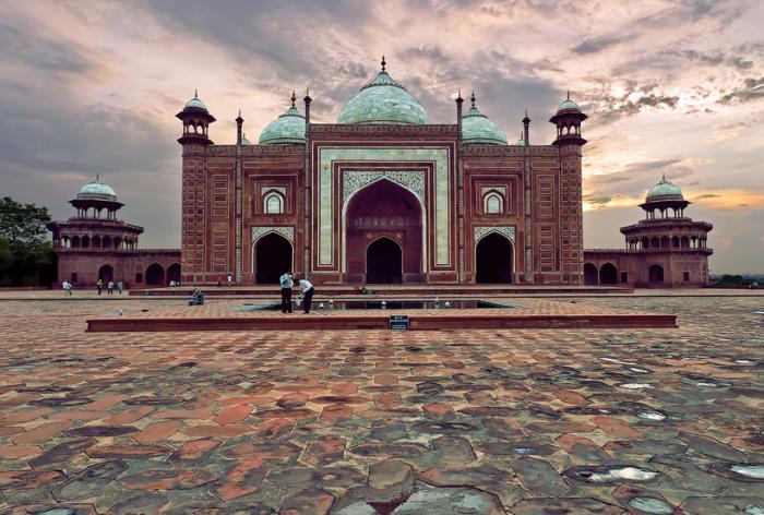 Мечеть украшена 4-мя восьмигранными башнями и 3-мя элегантными куполами.
