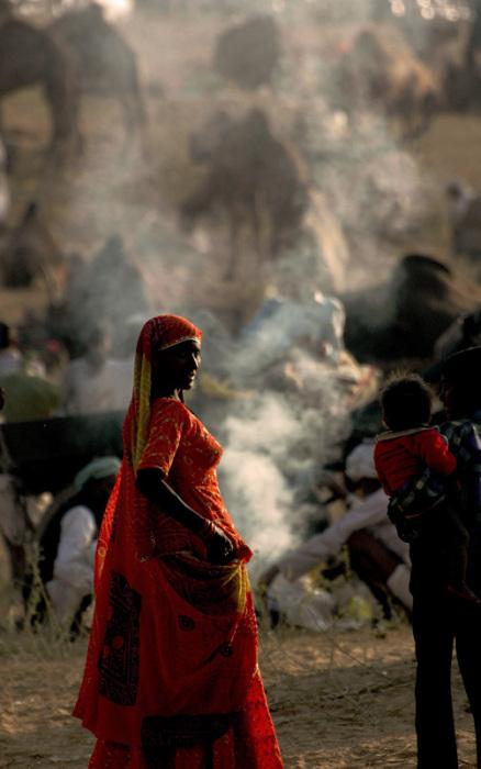Красивая девушка на фоне лагеря торговцев верблюдами в Пушкаре.