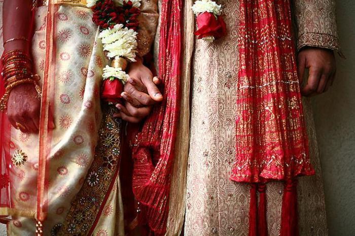Жених и невеста во время священного свадебного обряда – самого важного в жизни жителей Индии.