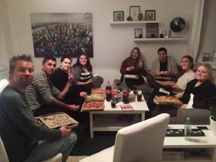 Датчанин устроил у себя дома вечеринку для незнакомых людей, которые страдают от одиночества.