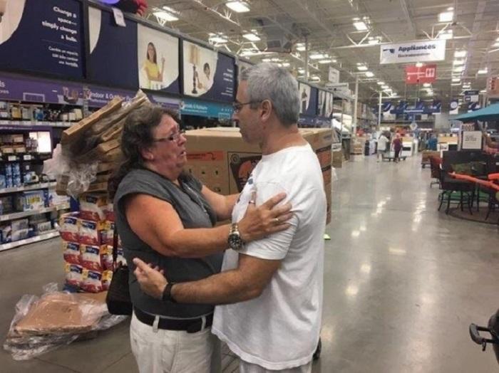 Незнакомый мужчина отдал генератор электроэнергии женщине, у которой болеет отец, нуждающийся в кислородной установке.