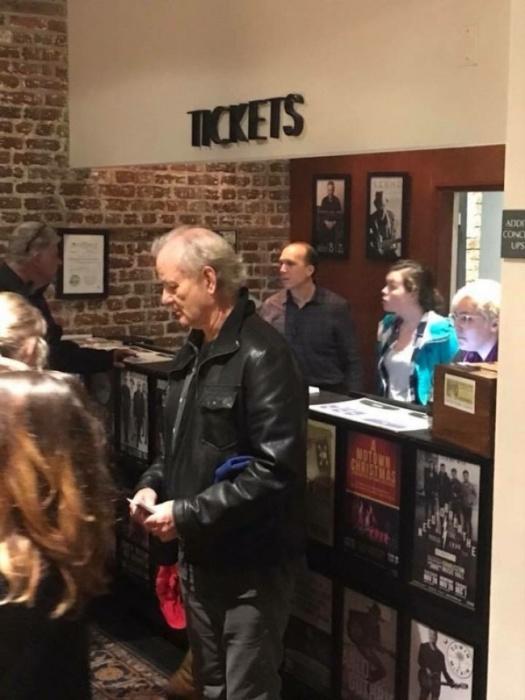 Билл Мюррей купил билеты на концерт и раздал их людям, которые стояли в очереди.