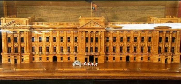 Главная резиденция монархов Великобритании, а также одна из главных достопримечательностей не только Лондона, но и всей Великобритании.