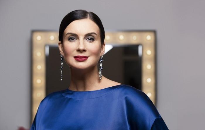 Российская актриса и телеведущая очень тщательно следит за своим внешним видом  и даже в свои 50 лет выглядит превосходно.