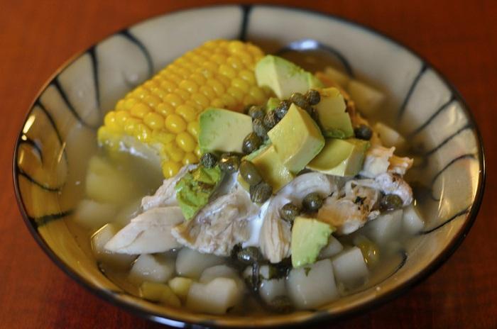 Очень вкусный острый колумбийский картофельный суп с кукурузой.