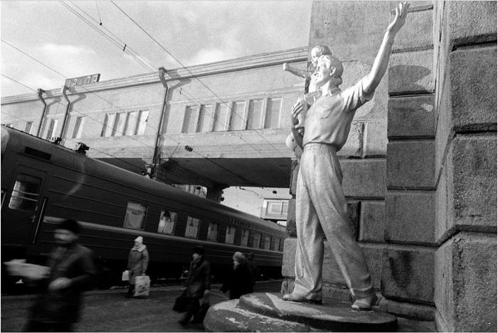 Статуи «встречающих-провожающих» на перроне возле первого пути.