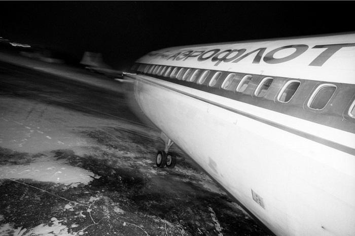 Самолёт авиакомпания «Аэрофлот» выруливает на взлётно-посадочную полосу.