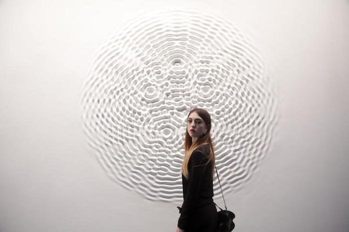Художница изобразила вибрацию, бьющую пульсом из стен её выставок в проекте «Wallwave Vibrations».