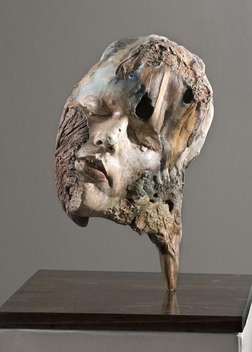 Своеобразные скульптуры из гипсовых слепков и деревянных коряг, посвященные памяти и её распаду.