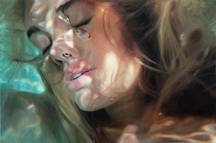 Гиперреалистичный портрет девушки под водой.