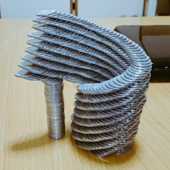 Невероятная конструкция из монет, созданная японским скульптором.