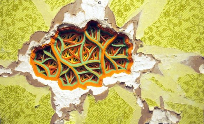 Автор использует резьбу по стопкам цветной бумаги, заполняя ими дыры в стенах, создавая этим сюрреалистичные работы.