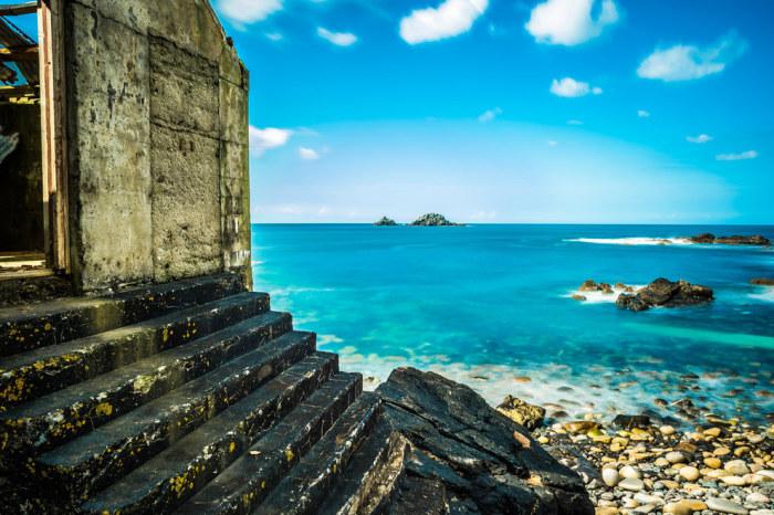 Живописная природа побережья обладает невероятной притягательностью для путешественников.