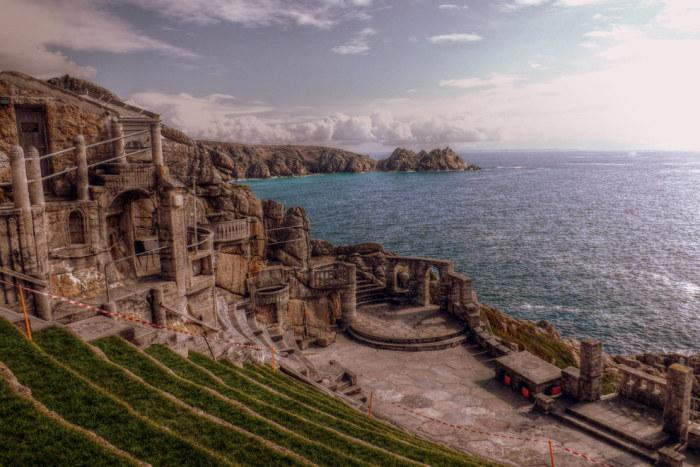 Театр находится в бухте Порткурно и занимает один из скальных выступов над морем.