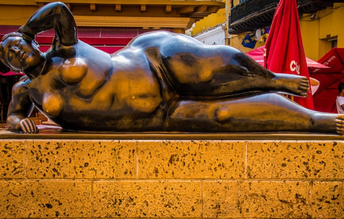 Изюминкой площади, является скульптура лежащей обнаженной женщины в бронзе.
