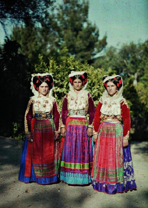 Женщины в традиционной одежде в Корфу, Греция, 1913 год.