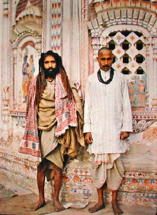 Двое мужчин на фоне передней части индуистского храма в Лахоре, Пакистан, 1914 год.
