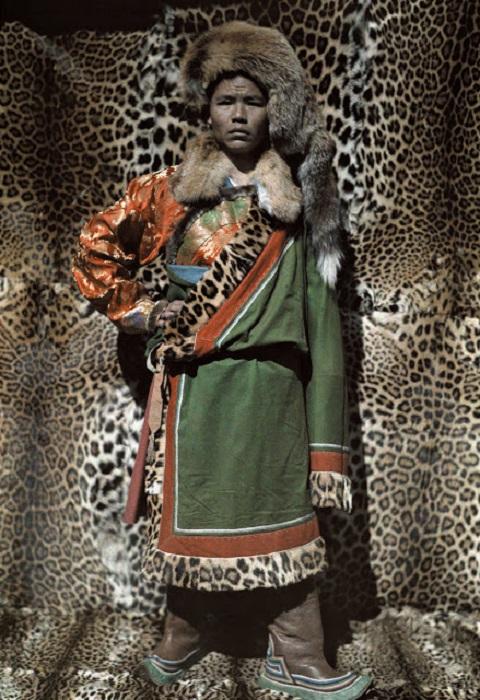 Одежда из меха животных и шкур леопардов, фотограф Джозеф Рок, 1927 год.