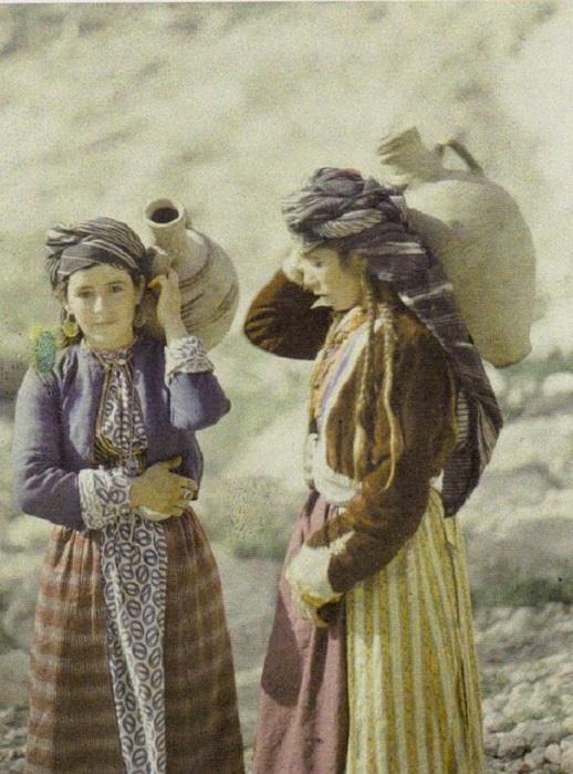Курдские девушки носят воду в сосудах, фотограф Фредерик Gadmer, 1920 год.