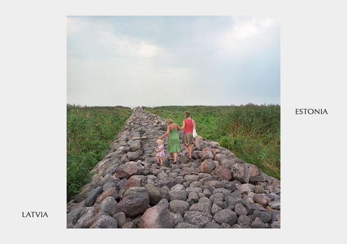 Всего лишь груда камней разделяет два государства.
