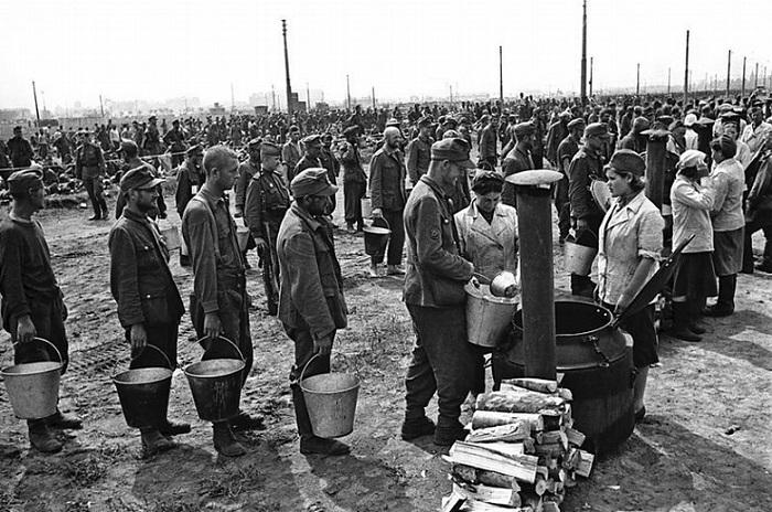 Немцев кормят на ипподроме перед конвоированием.