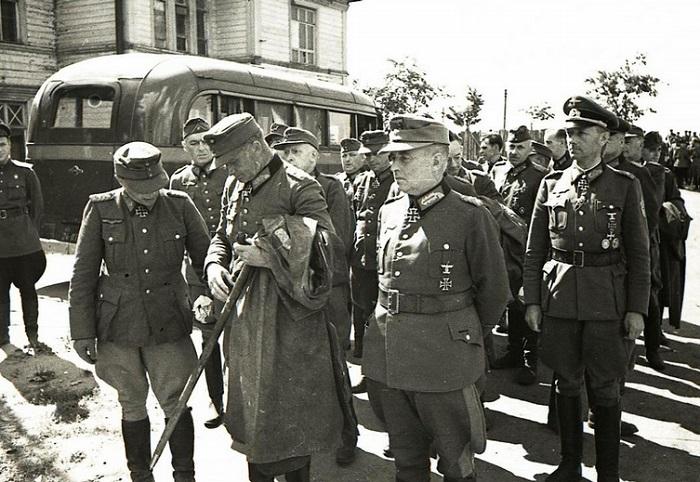 Немецкие офицеры перед началом конвоирования.