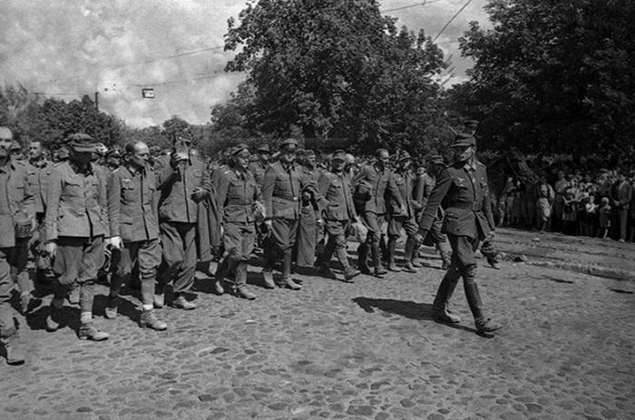 В колоне из 42 тыс. человек, были 1227 пленных с офицерскими и генеральскими званиями.