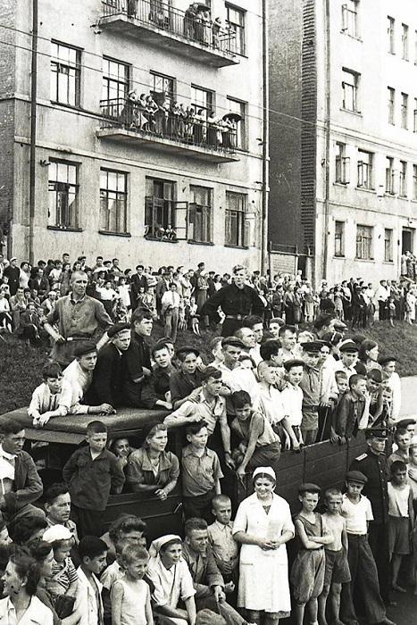 Москвичи наблюдают за колоннами немцев на Садовой-Сухаревской.