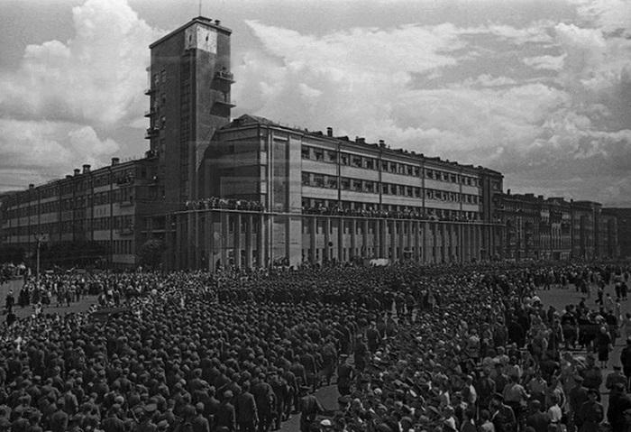 Немецкие солдаты возле здания Наркомата.