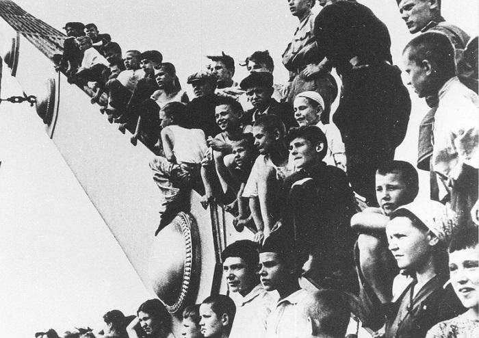 Мальчишки смотрят на колонны пленных немцев с Крымского моста.