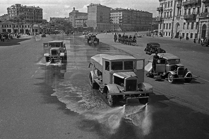 Поливальные машины, очищающие улицы после шествия захватчиков.