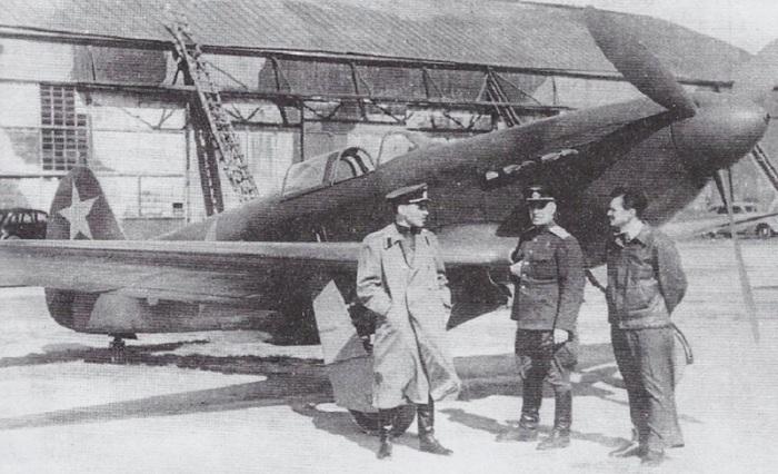 Авиаконструкторы Александр Яковлев и Олег Антонов и лётчик-испытатель Павел Федрови возле истребителя Як-3.