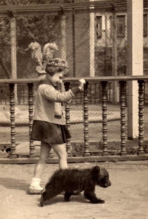 Люда Чаплина (дочь писательницы Веры Чаплиной) вместе с медвежонком Тапочкой.