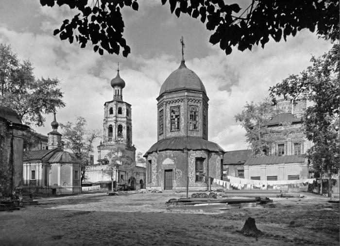 В центре – церковь святого Петра.