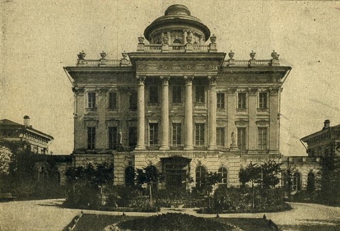 Одно из самых знаменитых классицистических зданий Москвы, ныне принадлежащее Российской государственной библиотеке.