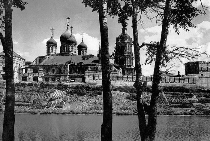 Огороды у Новоспасского монастыря.