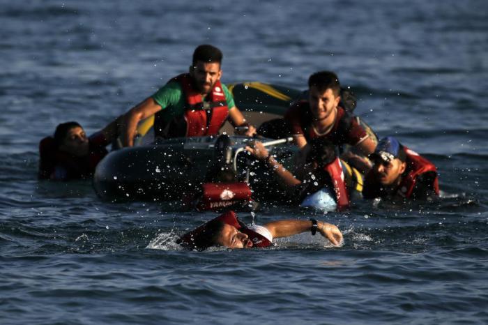 Сирийский беженец пустился вплавь к греческой земле, после поломки двигателя на лодке.