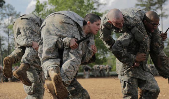 Лейтенант Кирстен Грист на обучении армейских рейнджеров демонстрирует возможность женщин служить в боевых отрядах Пентагона, который вскоре готов основать элитный женский спецназ.
