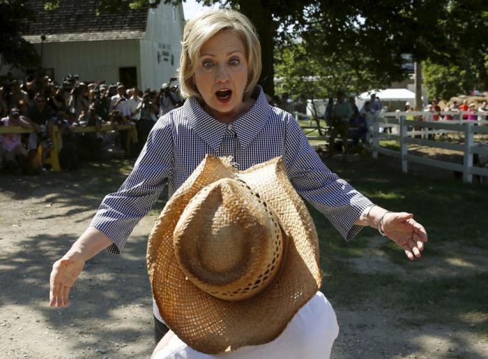 Кандидат в президенты США от демократической партии Хиллари Клинтон приветствует Луи Диксона во время своего предвыборного тура на ярмарке в городе Де-Мойн.