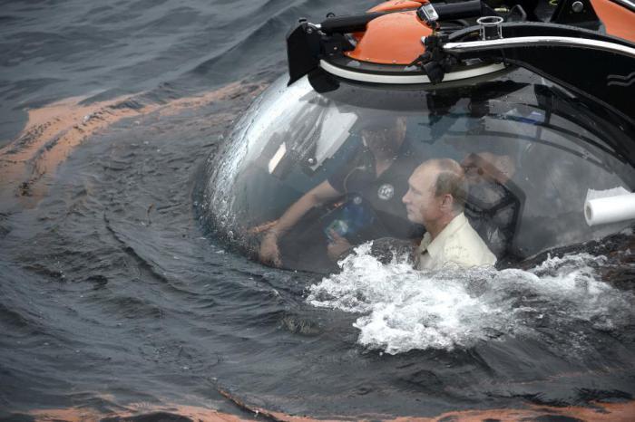 Президент России спустился на дно Черного моря в батискафе у берегов Севастополя.
